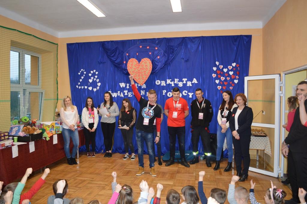 Przedstawiciel lipnowskiego sztabu WOŚP mówi do zebranych dzieci