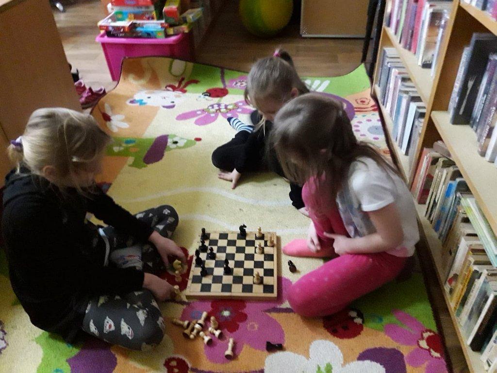 Kilkoro dzieci grających w szachy