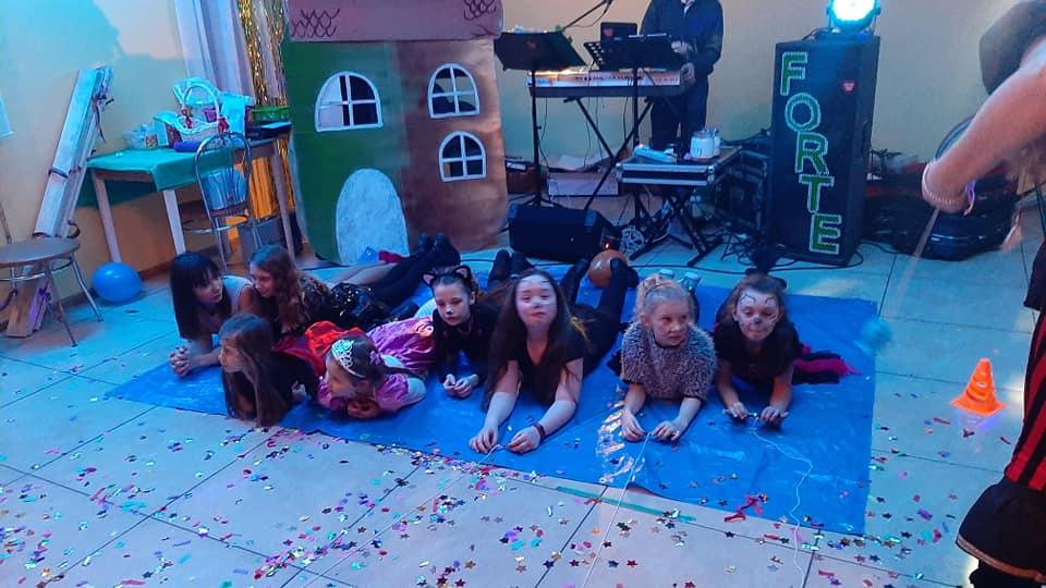 Dzieci podczas udział w konkursach leżące na podłodze