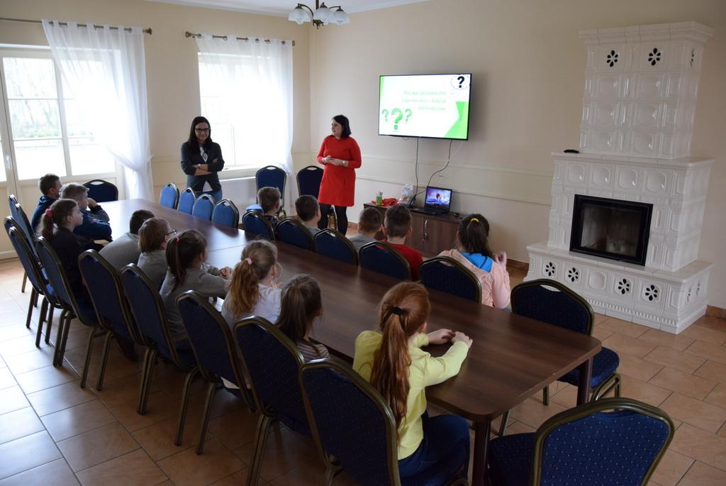 Dwie kobiety prowadzą prezentacje z uczniami