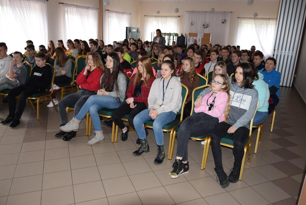 Młodzież słucha Krzysztofa Nowakowskiego podczas opowiadania