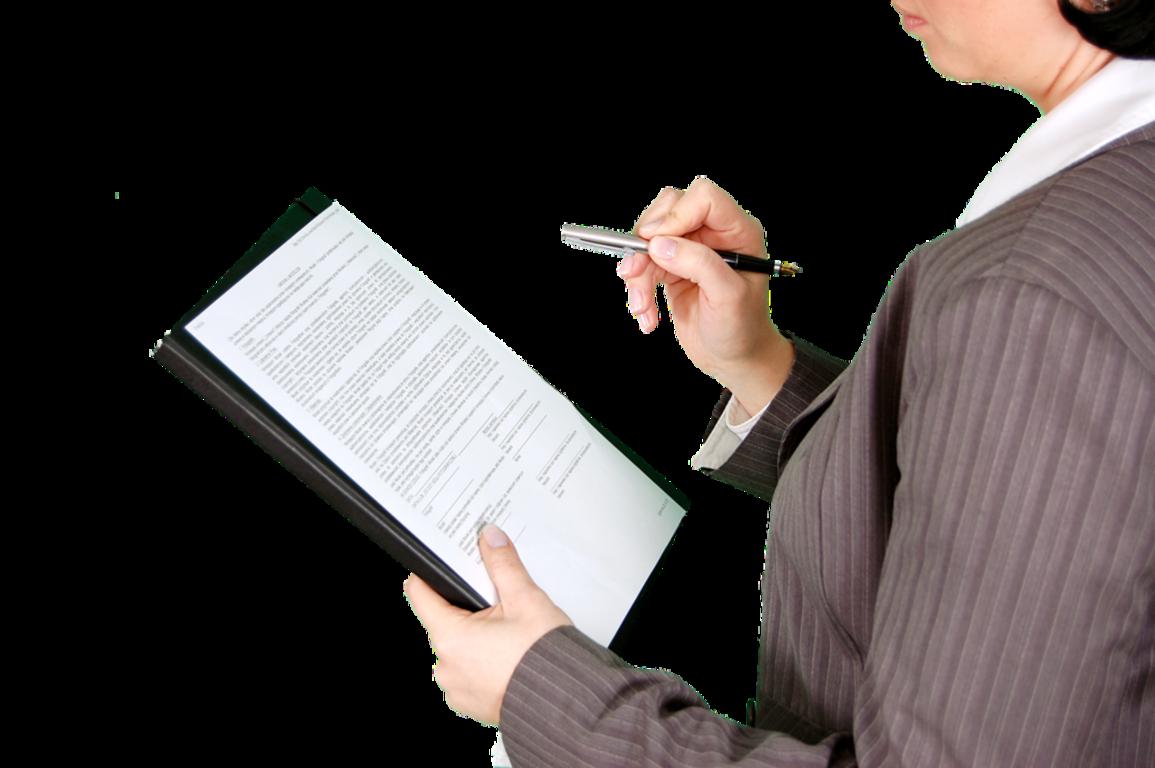 Zdjęcie przedstawia kobietę trzymającą w jednej dłoni formularz do wypełnienia a w drugiej pióro