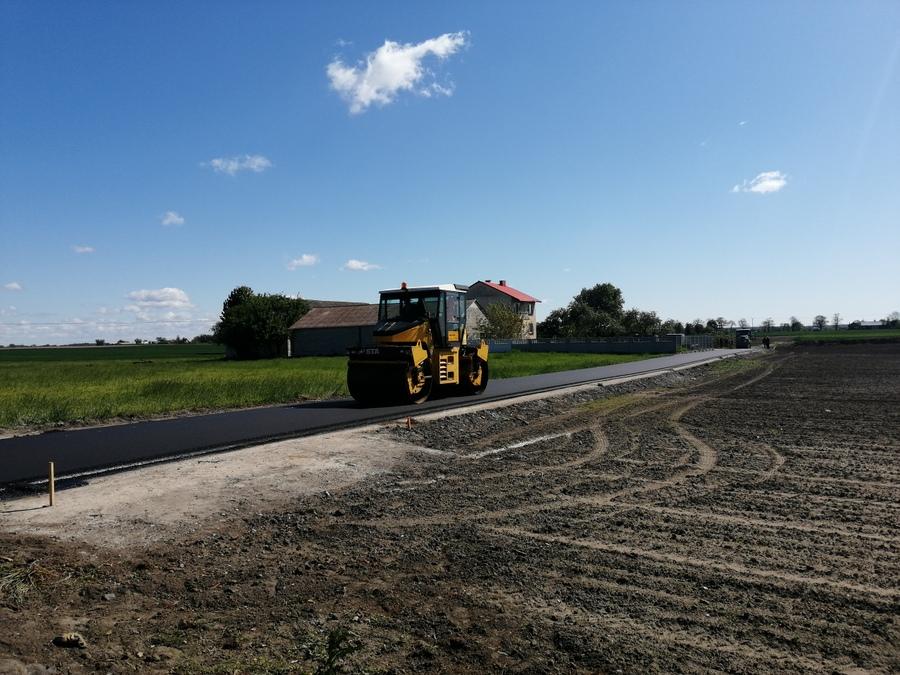 Wał drogowy pracujący przy przebudowie drogi gminnej Okrąg – Kolankowo nr 170580C.
