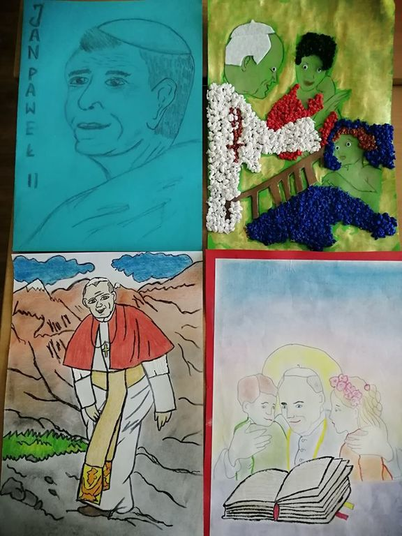 Na zdjęciu widać 4 laurki przedstawiające Jana Pawła II: pierwsza – szkic przedstawiający twarz papieża, druga i czwarta: Jan Paweł II w otoczeniu dzieci, trzecia – wizerunek papieża wędrującego po górach