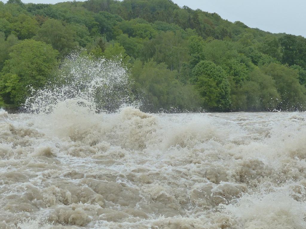 Silny prąd rzeki. Fale na wodzie.