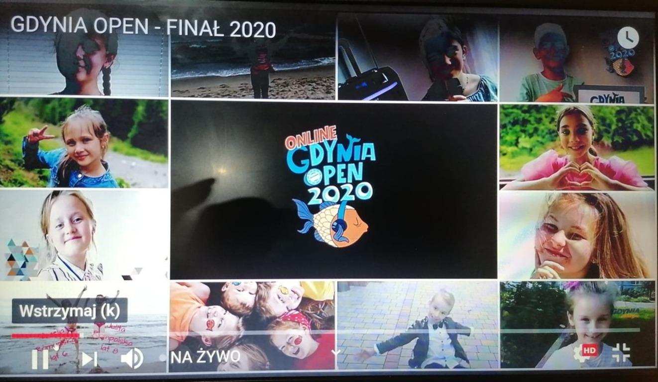 Małe fotografie przedstawiające wizerunki 8 finalistów konkursu. W lewym górnym rogu napis: Gdynia Open Finał 2020, na środku logo festiwalu na czarnym tle: napis i rybka.
