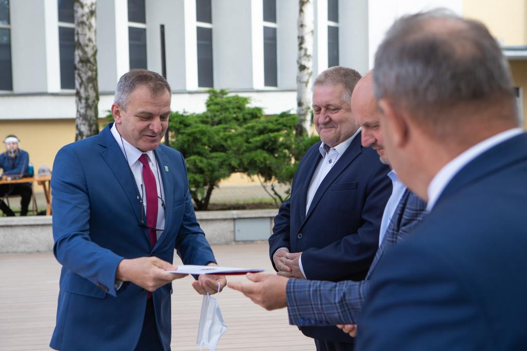 Wójt Gminy Lipno odbiera dofinansowanie budowy i modernizacji dróg dojazdowych do gruntów rolnych od marszałka Piotra Całbeckiego