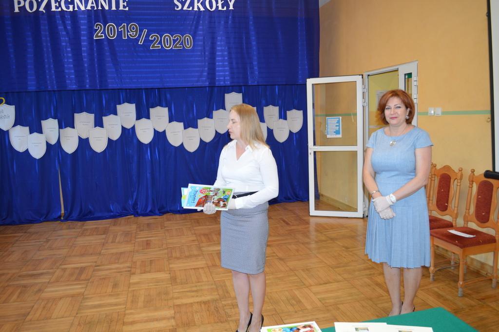 Dwie kobiety z nagrodami dla absolwentów