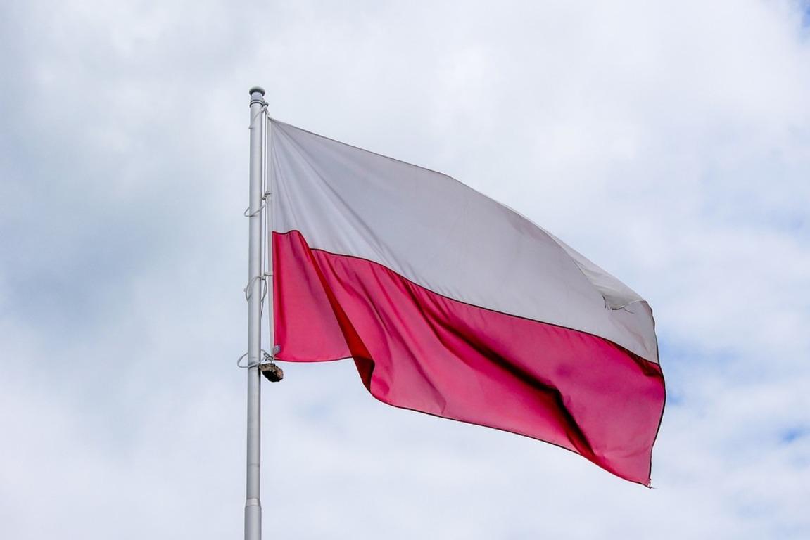 Flaga Polski zawieszona na maszcie.