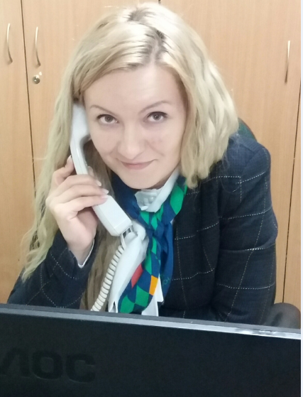 Kobieta ze słuchawką telefoniczna odbierająca telefon