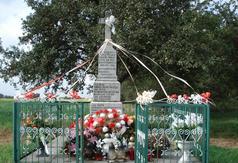 Pamiątkowa kapliczka w miejscu zamordowanej ludności cywilnej 10 wrzesinia 1939 r. w Dąbrowie Mszadels