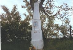 Zespół dworski w Osinach - obelisk przy drodze do Dmosina - pocz. XX w.