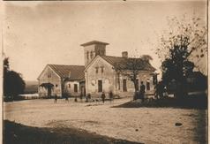 Skrzyżowanie dróg w Kołacinie budynek w którym mieściła się szkoła. Zdjęcie datowane na ok. 1918