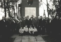 Zdjęcie upamiętniające dzień odsłonięcia pomniku czci zamordowanej ludności cywilnej w lesie brzoz