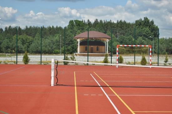 Boisko wielofunkcjne na terenie kompleksu sportowo-rekreacyjnego.