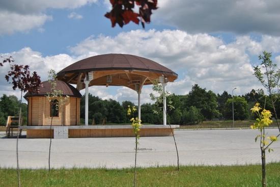Scena plenerowa z zapleczem ( amfiteatr ) na terenie kompleksu sportowo-rekreacyjnego