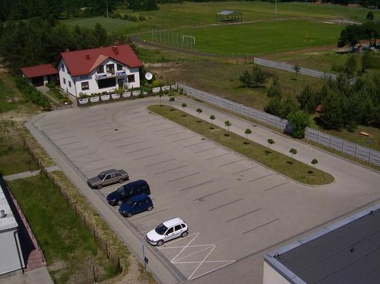 Widok na nowo wybudowany parking  za budynkiem Urzędu Gminy.