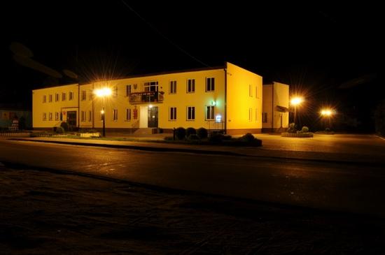 Widok  na  nowo wybudowany parking przed budynkiem Urzędu Gminy.
