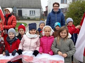 Mieszkańcy Dąbrówki wraz z uczniami tamtejszej szkoły podstawowej 8 listopada wspólnie odśpiewali h