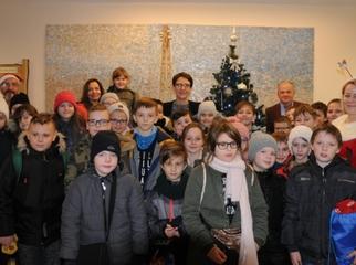 Urząd z okazji Mikołajek odwiedzili uczniowie ze szkoły podstawowej w Rywałdzie