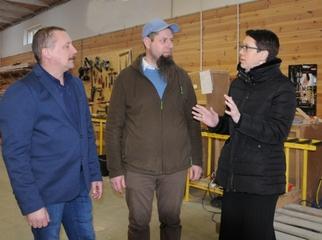 Wizyta w fabryce domów. Wójt Magdalena Forc-Cherek odwiedziła firmę Hebeldom. Zakład od 10 lat buduj