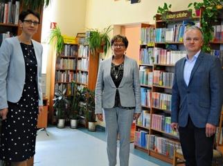 Po 43 latach pracy Dyrektor Publicznej Bibliotece w Kokoszkowach Bożena Gierczak przeszła na zasłużon