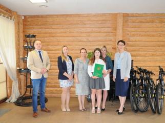 Wójt Magdalena Forc-Cherek oraz Przewodniczący Rady Gminy Marcin Hinca nagrodzili ósmoklasistów z naj