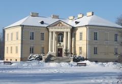 Pałac Muzeum Ziemiaństwa w Dobrzycy zimą.