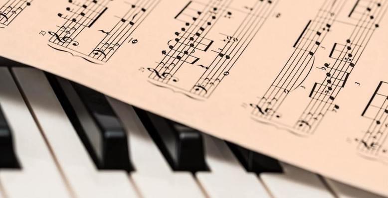 nuty na klawiaturze pianina