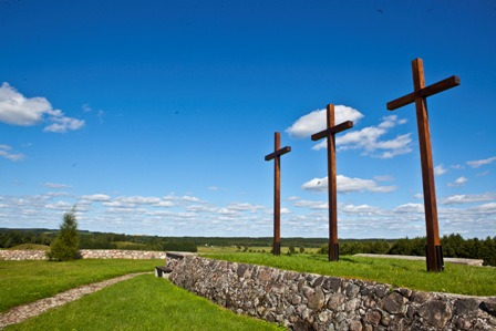 Trzy krzyże na cmentarzu wojennym z I wojny światowej