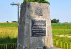 Pomnik przy dawnej bramie wjazdowej do obozu w Boguszach
