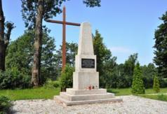 Pomnik w miejscu obozu w Boguszach
