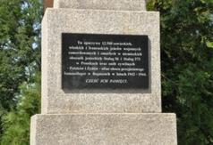 Tablica informacyjna na pomniku w obozie w Boguszach