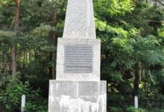 Pomnik w miejscu straceń w lesie Kosówka