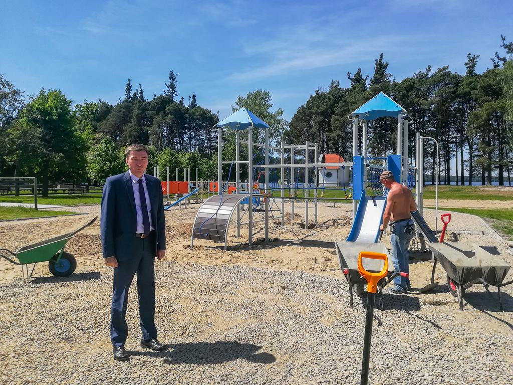 Na placu budowy wójt gminy Karsin Roman Brunke. (link otworzy duże zdjęcie)