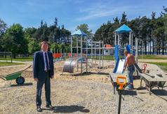 Na placu budowy wójt gminy Karsin Roman Brunke.