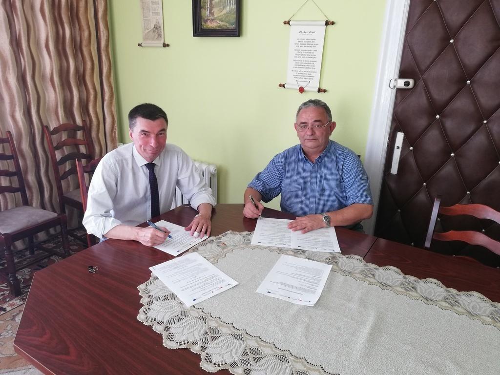 W piątek 7 czerwca br. w Urzędzie Gminy podpisano umowę z wykonawcą budowy wieży widokowej w Przytar (link otworzy duże zdjęcie)