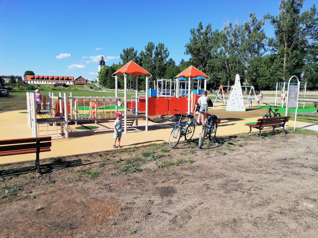 Nowy plac zabaw przy plaży gminnej w Wielu. (link otworzy duże zdjęcie)