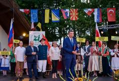 Wójt Gminy dokonał otwarcia Międzynarodowego Festiwalu Folkloru w Wielu razem z organizatorami re (link otworzy duże zdjęcie)