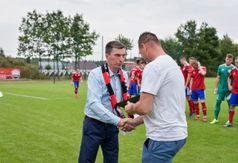 Wójt Gminy Roman Brunke dziękuje Arturowi Chrzanowskiemu za wywalczenie awansu do IV ligi i reprez (link otworzy duże zdjęcie)