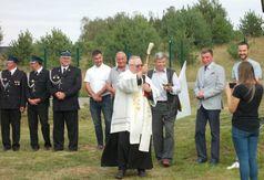 Poświęcenia terenu rekreacyjnego dokonał proboszcz parafii w Wielu Ks. Jan Flisikowski. (link otworzy duże zdjęcie)