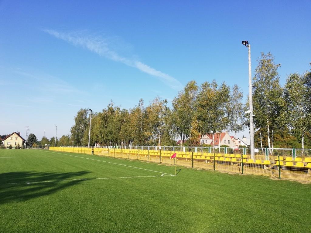 Płytę stadionu oświetla 10 lamp zamontowanych na sześciu 12-metrowych słupach. (link otworzy duże zdjęcie)