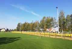 Płytę stadionu oświetla 10 lamp zamontowanych na sześciu 12-metrowych słupach.