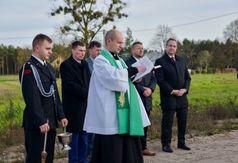 Poświęcenia nowej infrastruktury dokonał proboszcz parafii w Mokrem Ks. Adam Muszkiewicz. (link otworzy duże zdjęcie)