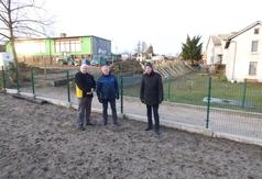 Na zdjęciu od lewej: radny powiatowy Józef Modrzejewski, dyrektor Szkoły Podstawowej w Wielu Andrzej N