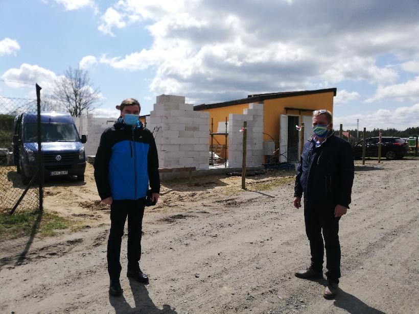 Wójt Gminy Karsin Roman Brunke oraz radny Ireneusz Pokrzywiński sprawdzili postęp prac przy rozbu (link otworzy duże zdjęcie)