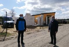 Wójt Gminy Karsin Roman Brunke oraz radny Ireneusz Pokrzywiński sprawdzili postęp prac przy rozbudowie