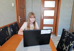 Matylda Wiecka z Karsina korzysta z laptopa pozyskanego w ramach kwietniowej edycji konkursu Zdalna Szko� (link otworzy duże zdjęcie)
