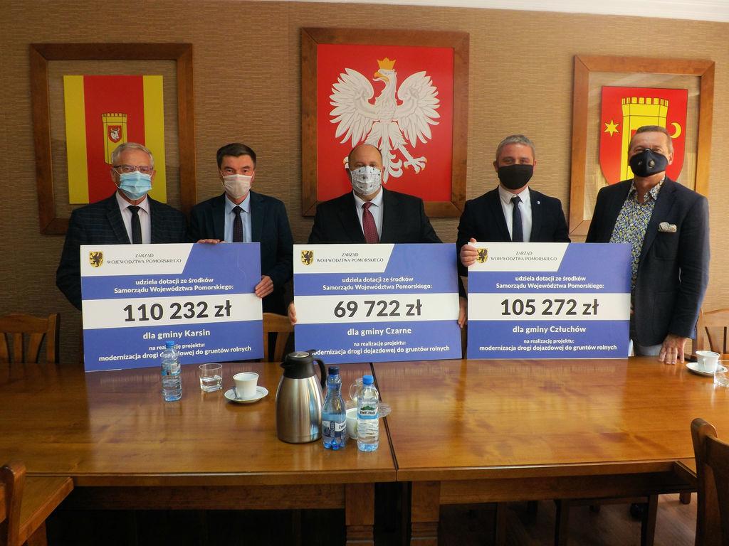 Na zdjęciu od lewej: starosta człuchowski Aleksander Gappa, wójt gminyKarsin Roman Brunke, burmi (link otworzy duże zdjęcie)