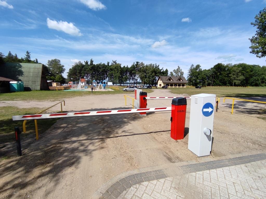 Środki pozyskane z opłat parkingowych zostaną przeznaczone na utrzymanie pobliskiego kąpieliska. (link otworzy duże zdjęcie)
